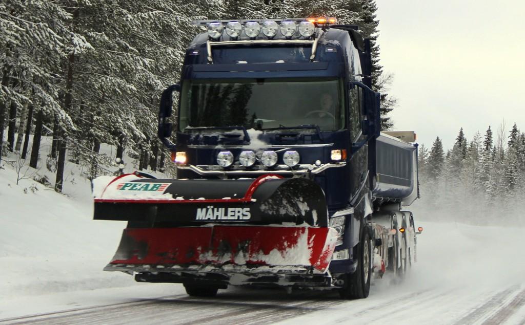 mörkblåvolvoplogbil